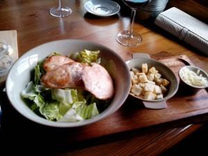 Ресторан. Местный салат Цезарь